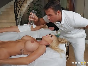 During the massage Brandi Love gets the brush pussy pounded by the brush masseur